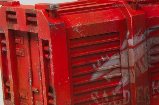 Detail on the container, sponge technic used for damages